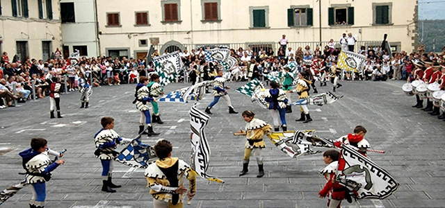 Sbandieratori-Bibbiena piazza-Tarlati