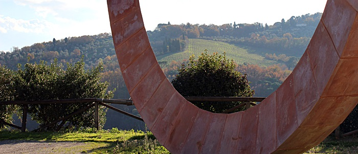 Scultura in terracotta di Mauro Staccioli a Impruneta (FI)