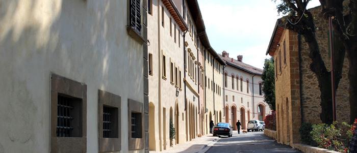 Strada principale del Borgo di Castelfalfi dove sono ubicati negozi, botteghe e wineshop.